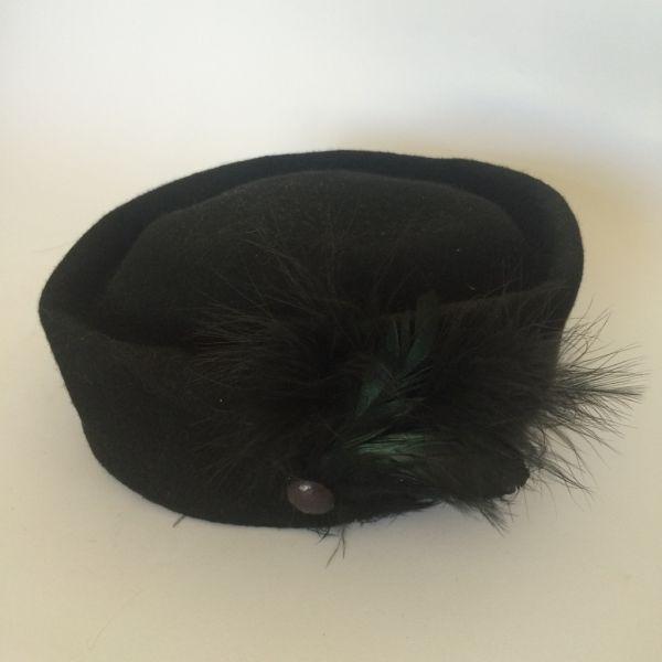 64c62f18fb Chapeu antigo em feltro com botao e adorno de plumas