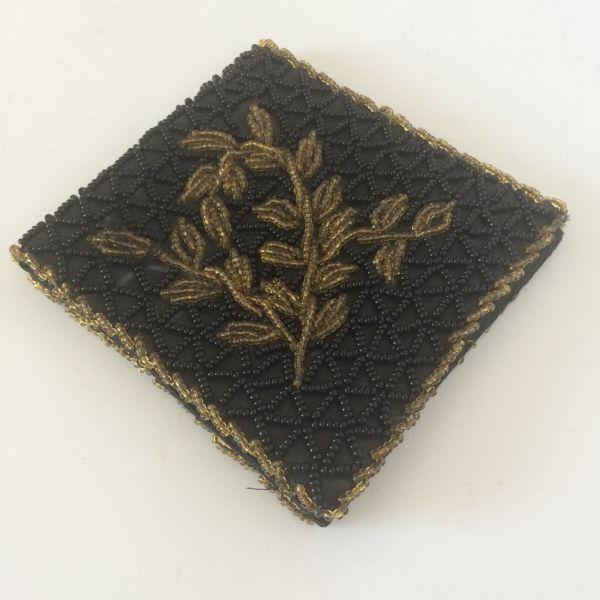 348d081a2c Uma carteira antiga em seda preta bordada com miçangas de vidros douradas e  .