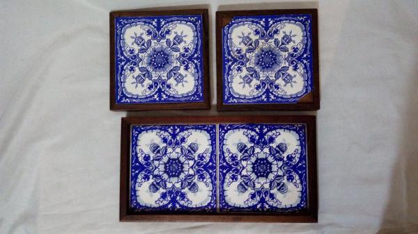 33a08f0a9c Uma bandeja e dois suportes para pratos quentes em madeira aplicada com .