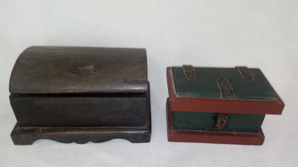 ff924eb7a3 Duas caixas porta-joias em madeira  a) Madeira escura com base ondulada. 11  x .