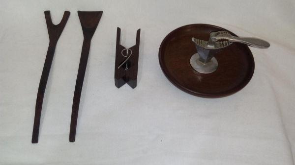 48df1025d5 Quatro peças em madeira  quebra-nozes  garfo e colher de pau  e pregador.  Comp.