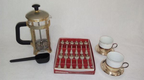 ea03a4fe39 Três peças para café  a) Coador manual para café e chá em vidro