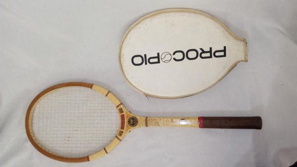 02f8033500 Antigo tamanco de madeira aplicado com madrepérola e al