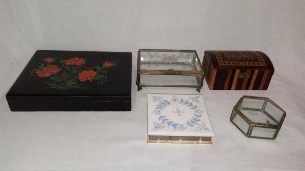 a3f157be4f Cinco caixas em diferentes materiais  a) Duas em vidro e metal