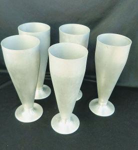 Cinco (05)  taças em alumínio.Medindo: 19 cm de altura e 7 cm de diâmetro.