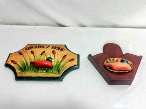Um antigo jogo composto por duas peças um porta chave e porta coador, em madeira nobre, pintado a mão. Ricamente policromado com decoração de um  pato em cerâmica na lagoa, com nome Country home. Medindo a peça maior 28 x18 cm.