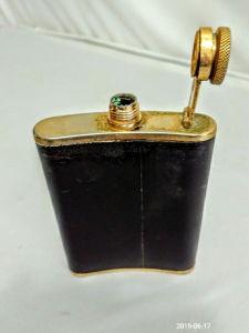 STAINLESS STEEL 60Z Cantil em couro e acabamento dourado. Medindo 14 x 10 cm.