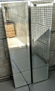 Espelho - Dois  grande espelhos de porta de guarda roupas retangular bisotados medindo : 1,06 cm de altura,  24 cm de largura. em perfeito estado.