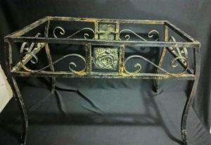 Belíssima mesa de centro confeccionada em ferro com patina em ouro velho, com decoração de  rosas  centro e laterais.  trabalho manual, sem o tampo. Medindo 60 x 40 cm