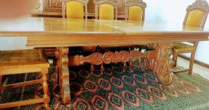 Antiga mesa em madeira nobre ( cerejeira) retrátil com rico entalhes na sua base peças do anos 80. Medindo 2,05 cm de comprimento fechada e 2,44cm aberta, 1,04 cm de largura por 78 cm altura. Obs. só a mesa. Peça com carimbo de fábrica.