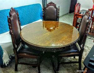 Belíssima mesa em madeira nobre, dos anos 50/ 60, retrátil com (03) três cadeiras estilo inglês, toda reforçadas em couro sintético com tarrachas em ouro velho, no tom marrom. Medindo 1,13 x 47 x 45 cm ( cadeiras) Mesa ( 1,10 de diâmetro       fechada e aberta 138 cm. No estado. Acompanha o vidro redondo. Acompanha o vidro redondo.