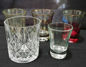 Cinco elegante copinhos em vidro translúcidos. O maior em demi cristal mede 8 cm de altura por 8 cm de diâmetro.