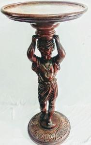 Elegante grande escultura em madeira nobre,  representando Mulher com cesto na cabeça, formando uma mesa de canto, com rico trabalho de entalhe feito a mão. Medindo: 86 cm de altura por 38 cm de largura.