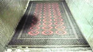Lindo e antigo tapete persa paquistanês, nas cores predominantes rosa, bege, e cinza com decoração Floral.. Medindo: 3,00 x 1,83. ( comprimento x largura ).