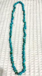 Lindo colar com 175 pedras de Raulita turquesa.
