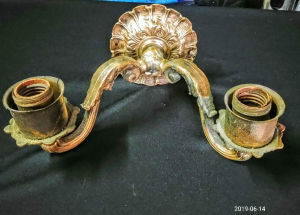 Belíssima luminária de parede em cobre, cinzelada, com dois braços para duas lâmpadas, com fiação passada. Medindo: 27 x 18 x 11 cm