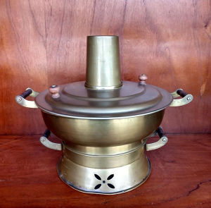 Aparelho de fondue chinoise em metal de origem suíça (em excelente estado) mede 16X26 cm.
