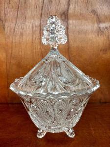 Delicada compoteira em cristal trabalhado com pega ricamente trabalhada e pés tripoide. Mede 26X18 cm