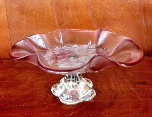 Mini fruteira ricamente trabalhada com desenhos encrustados nos tons de rosa; Mede 20X10 cm.