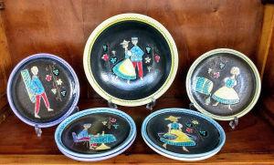 7 pratos para uso com fondue (Swiss Ceramic Set by Hugo Kohler),  todos decorados com desenhos diferentes ,  sendo 6 pratos rasos (medindo 21 cm de diâmetro) e 1 prato fundo(medindo 30 cm de diâmetro) (2 pratos com bicados).