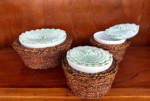 3 bowls em cerâmica, sendo 2 pequenos e 1 maior com suportes em palha e tampas em chochê para acompanhamento de fondue de queijo.  Medem o maior 18X10 cm e os menores  12X0,9 cm.