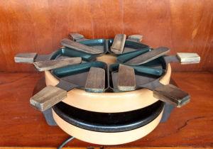 Aparelho pra raclette elétrico,  completo com suportes e pás para queijo.  mede 27X14.