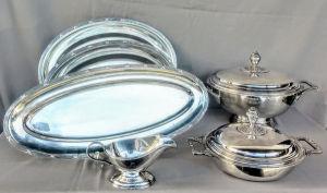 Baixela de metal com banho de prata da marca WOLF no padrão fitas cruzadas, composto de 1 sopeira, 1 legumeira, 1 molheira, 1 travessa para peixe e 2 travessas para servir.