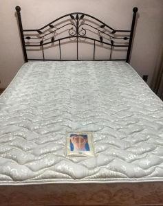 Cama no padrão QUEEN SIZE, composta de cabeceira em ferro forget patinado ouro velho + colchão de fabricação americana. Medidas  da cabeceira 1.25 e da cama 1,55X1.95.