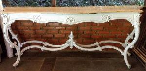 Grande aparador em madeira nobre no estilo LOUIS XV, patinado de branco com tampo em mármore rosa. Mede 2.18X52X90