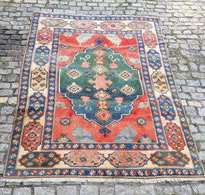 Lindo tapete chinês, multicolorido .  Medindo  3.33X2.39.