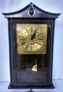 Lindo relógio carrilhão da marca ESKA com caixa em madeira, (excelente estado), pendulo e  mostrador em metal dourado   (não testado)