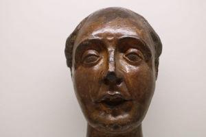 ARTE SACRA - Raro Fragmento de antiga cabeça de Santo Antônio. Séc. XVIII. Com ricos detalhes entalhados. Alt. 20 cm.