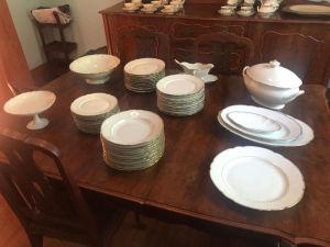 RICHARD GINORI - Parte de aparelho de jantar em fina porcelana italiana branca com frisos dourados, composto de: 24 pratos rasos, 11 pratos fundos, 11 pratos de sobremesa, prato para bolo, saladeira, sopeira, fruteira e travessas. Algumas peças com bicados e desgastes.