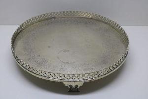 PRATA DE LEI - Linda salva em prata com fundo lavrado e galeria vazada. Peso 730 gr. Teor 833.  LOTE COM PRÉVIO AGENDAMENTO PARA VISITAÇÃO.