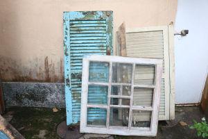 DEMOLIÇÃO - Lote de sucatas de janelas em madeira.