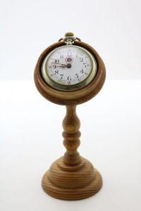 Lindo relógio de bolso ROSSKOPF & CIA. Caixa em metal espessurado a prata, mostrador esmaltado. Dia. 6 cm. Acompanha suporte em pinho de riga. Alt. 14 cm.