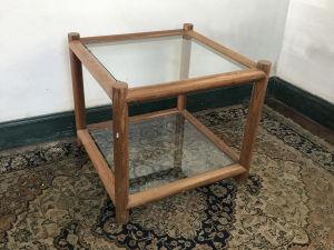 Mesa de apoio para lateral de sofá em madeira nobre com 2 estágios com tampos de vidro. Med. 55x61x61 cm. Mascas do tempo.
