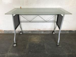 Mesa de escritorio com estrutura em ferro pintado de cinza e tampo em vidro fosco. Med. 78x120x60 cm.