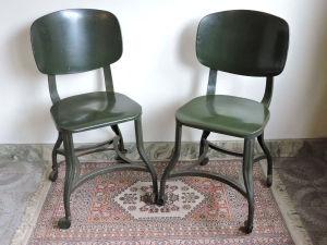 Par de cadeiras em metal com rodízios. Med. 81x35x36 cm.