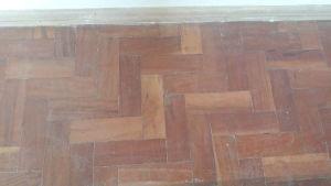 DEMOLIÇÃO - Lote de tacos para piso em madeira. Med. 40 m². Marcas de uso.