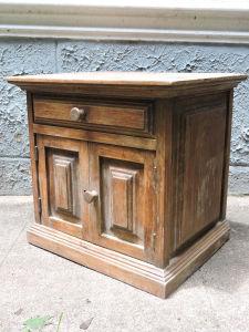 Criado mudo em madeira nobre, 2 portas e 1 gaveta. Falta puxador. Marcas do tempo