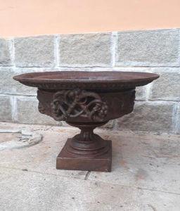 Floreira em ferro forgê. Med. 67x44 cm.