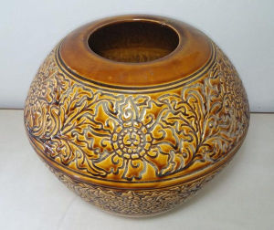 Vaso em ceramica Luís Salvador com flores em relevo. Dimensões: 33cm ( altura ) e 38cm ( diâmetro )