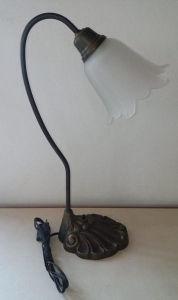 Luminária em bronze com base na forma de para de leão e tulipa em vidro fosco. Altura: 46cm