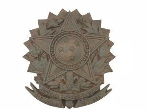 """Placa em ferro forgé com inscrição """"República Federativa do Brasil - 15 de Novembro de 1889"""". Med. 37x40 cm."""