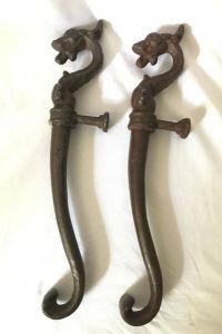 Par de puxadores em ferro, representando dragões. Med. 50 cm.