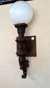 Tocheiro em ferro forgê. Med. 78x30 cm.