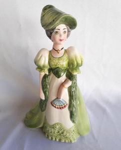 Linda dama Antonieta em faiança na tonalidade verde. Medida: 32 cm de altura.