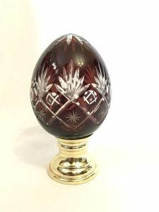 Delicada pinha em cristal lapidada na tonalidade vinho. Medidas: 8 cm de diam. e 16,5 cm de alt.