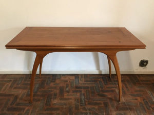 Aparador que se transforma em mesa Scapinelli, com pequenas marcas do tempo. Med. fechada: 1,24x0,55x0,80 m. / aberta: 1,24x1,10x0,80 m.